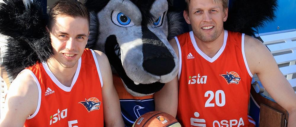 Neuzugang Tim Vogt (links), SEAWOLVES-Maskottchen Wolfi (Mitte), Kapitän Jens Hakanowitz (rechts) (Foto: Thomas Käckenmeister)