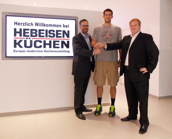 vlnr: Thorsten Wünschmann (Management), Spieler Joleik Schaffrath und Geschäftsführer Hebeisen Küchen, Andy Hebeisen