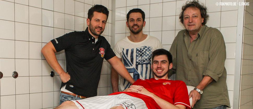 "(v.l.n.r.): Christian Happ, Florian Happ, Spieler Michael Kuczmann (liegend), Dieter Happ  (""FoxPhoto.de - C. Fuchs"" )"