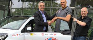 Foto: Dennis Heinzmann zur Fahrzeugübergabe beim Partner CCC Mobile mit Stephan Baeck und Ulf Weinecke, Geschäftsleitung CCC Mobile.